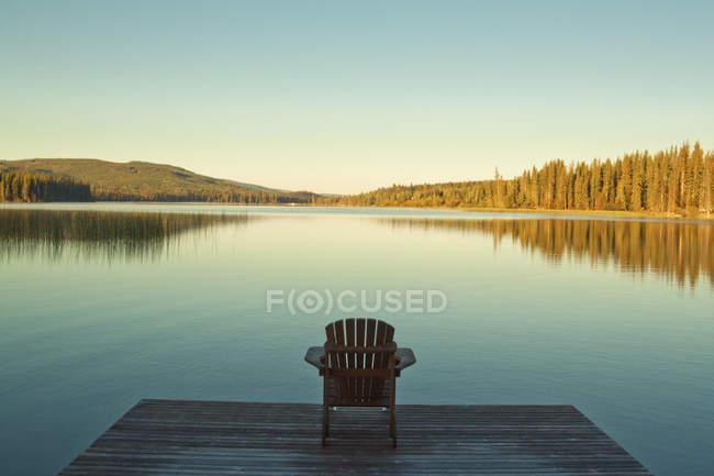 Chaise unique sur quai regardant vers Lac Le Jeune Lake en Colombie-Britannique, Canada — Photo de stock