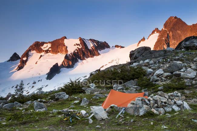 Палатку возле ледника Каскад на кеклика Траверс, Каскады Севера, Вашингтон — стоковое фото