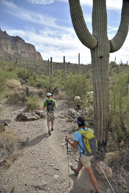 Active couple hikes around Picketpost Mountain in the Tonto National Forest near Phoenix, Arizona November 2011. — Stock Photo