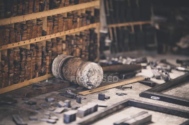 Detalhe de placas, molduras e ferramentas utilizadas em uma prensa de impressão antiga — Fotografia de Stock