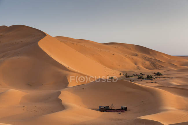 Camp site in Red sand dunes in Sahara desert at Erg Chebbi, Merzouga. Morocco — Photo de stock