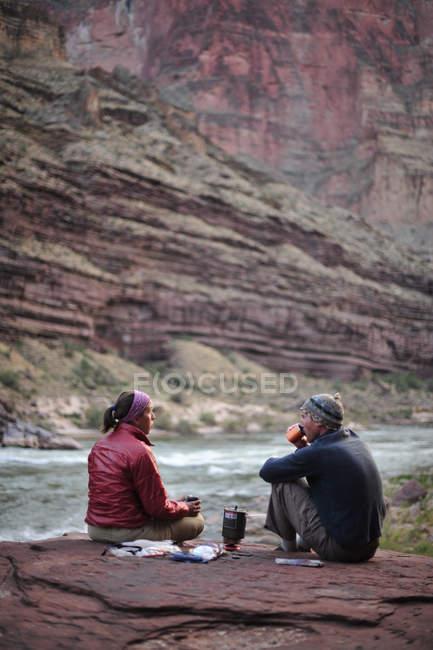 Wanderer Kochen Abendessen auf einer Klippe eingeklemmt Terrasse über dem Lager und den Colorado River in der Nähe von Deer Creek Falls im Grand Canyon außerhalb Fredonia, Arizona im November 2011. Die 21,4-Meile Schleife beginnt bei der Bill Hall Trailhead am North Rim und senkt sich 20 — Stockfoto