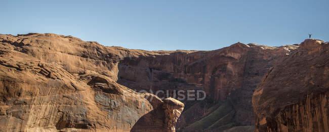 Malerische Aussicht auf Coyote Gulch Bergen und klaren, blauen Himmel — Stockfoto