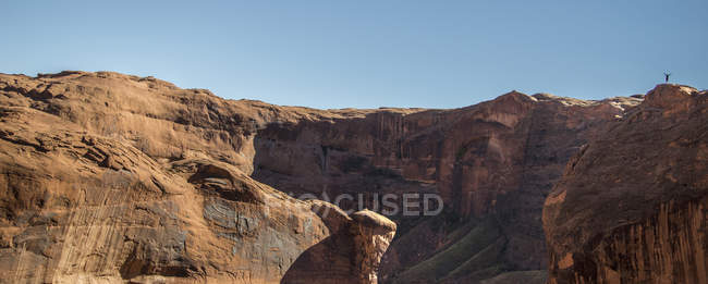 Scenic view of Coyote Gulch mountains and clear blue sky — Stock Photo