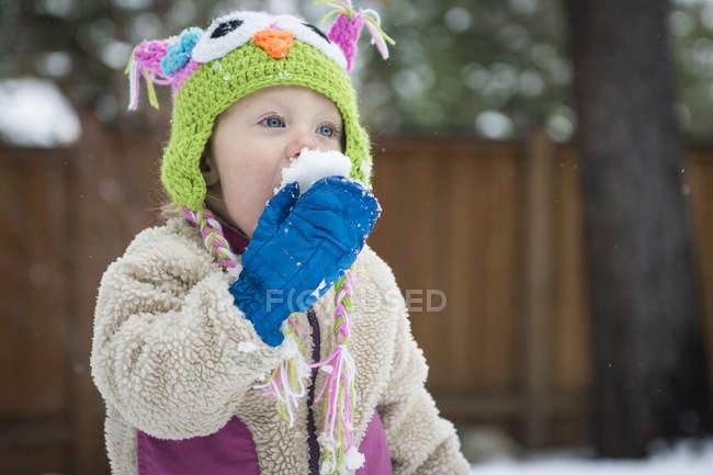 Портрет малюк дівчата їдять сніжний ком — стокове фото