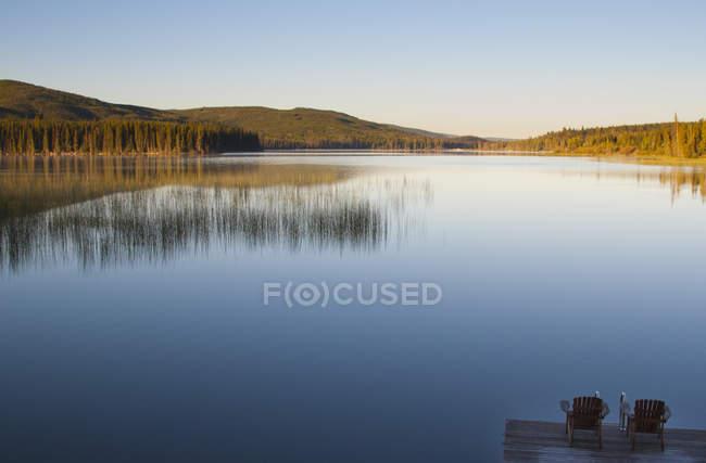 Deux chaises sur un quai guetter direction Lac Le Jeune Lake en Colombie-Britannique, Canada — Photo de stock