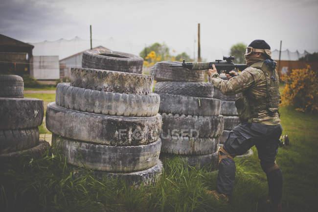 Людина пожежі Автоматичний пістолет з-за барикади, зроблені зі старих шин — стокове фото