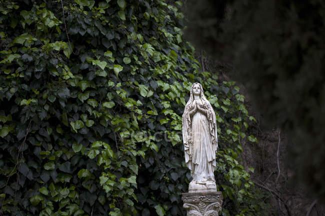Escultura de la Virgen María adorna un garde en Zahara de la Sierra, Parque Natural Sierra de Grazalema, Cádiz, Andalucía, España - foto de stock