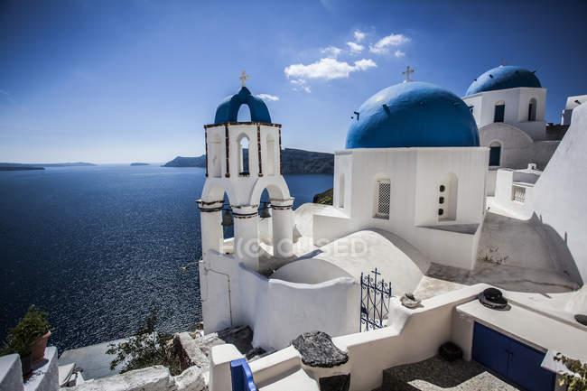 Azul com cúpulas de edifícios brancos em Santorini, Grécia — Fotografia de Stock