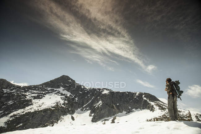 A backpacker looks toward Needle Peak. — Stock Photo
