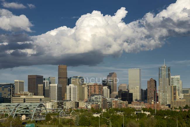 Денвер Колорадо з великими Cumulus хмари — стокове фото