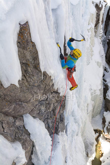 Vue d'angle élevé de glace homme escalade sur cascade gelée, Ouray Ice Park, Ouray, Colorado — Photo de stock