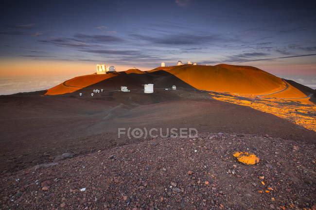 Beautiful scenic view of Mauna Kea dessert at sunset — Stock Photo
