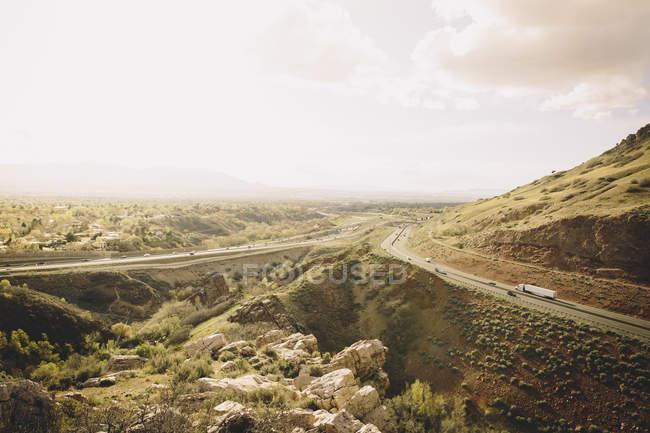 Autobahnverkehr auf der Interstate 80 rollt durch Salt Lake City, Utah bei Sonnenuntergang — Stockfoto