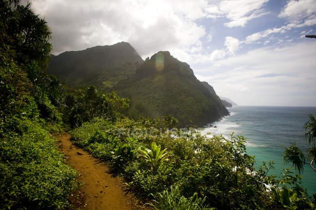 Kalalau тропа походы вдоль высоких морских утесов Na пали побережье Кауаи — стоковое фото