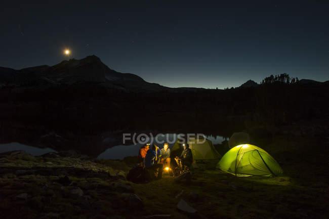 Personnes qui se trouvent près de camping dans le bassin des lacs, Californie — Photo de stock
