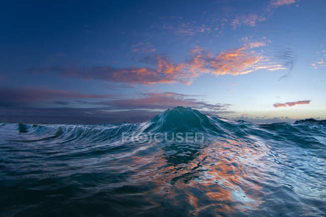 Океан хвилі в ранні ранкові світло на східній стороні Оаху — стокове фото