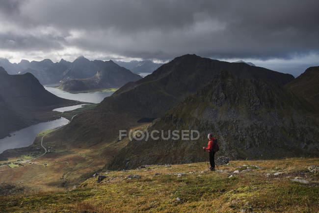 Weibliche Wanderer stehend auf Wanderweg bis zum Gipfel des Stornappstind, Flakstady, Lofoten Inseln, Norwegen — Stockfoto