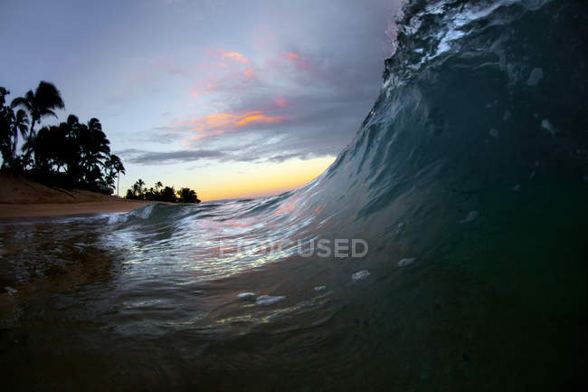 Close up view of wave breaking to shore on north shore of Oahu — Stock Photo