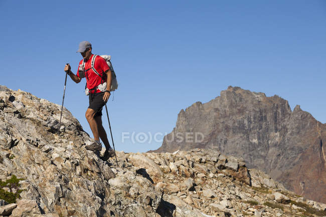 Male hiker exploring rocky terrain of North Cascades National Park, Washington, Usa — Stock Photo