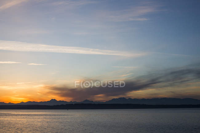 Montagnes Olympiques au Puget Sound pendant le coucher du soleil à Washington, Usa — Photo de stock