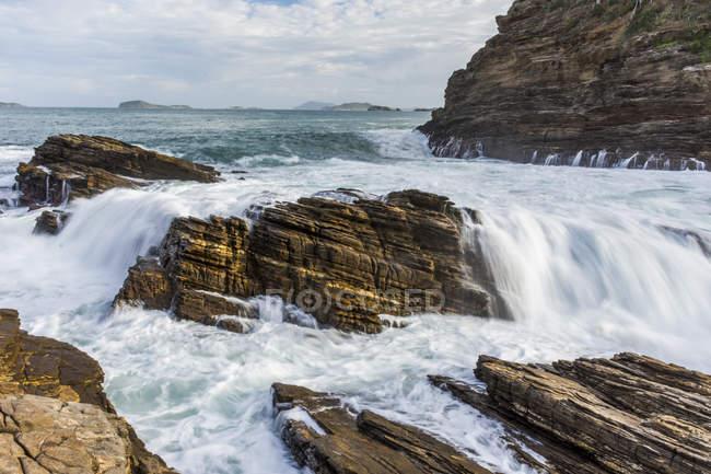Fortes ondas sobre as rochas no Rio de Janeiro, Brasil — Fotografia de Stock