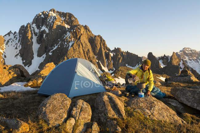 Une femme de préparer un repas alors qu'il campait sur Blaine pic ci-dessous Snæfellsjökull — Photo de stock