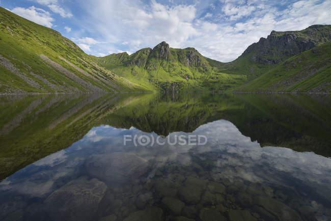 Reflexão da montanha no lago Utdalsvatnet, Unstad, Ilhas Lofoten, Noruega — Fotografia de Stock