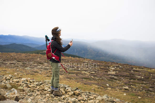 Woman Taking Selfie While Exploring Mount Eisenhower, White Mountain National Park, New Hampshire — Stock Photo