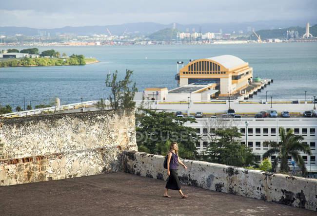 Жінка вивчення Форт з видом на воду від узбережжя Сан-Хуан, Пуерто-Ріко — стокове фото
