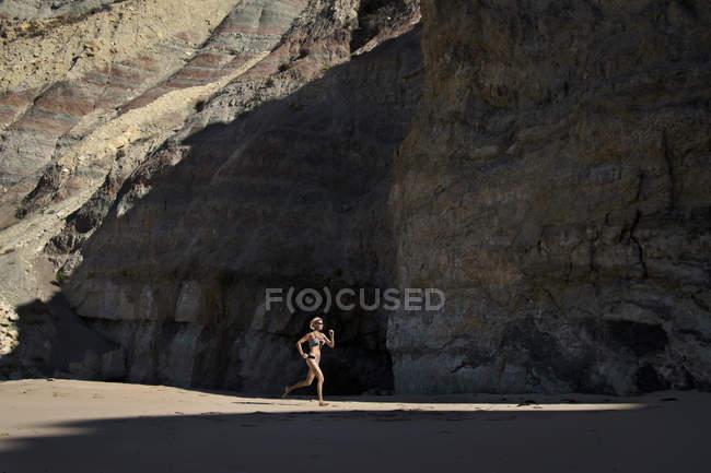 Trabalho de mulheres na praia de Praia Da Luz — Fotografia de Stock