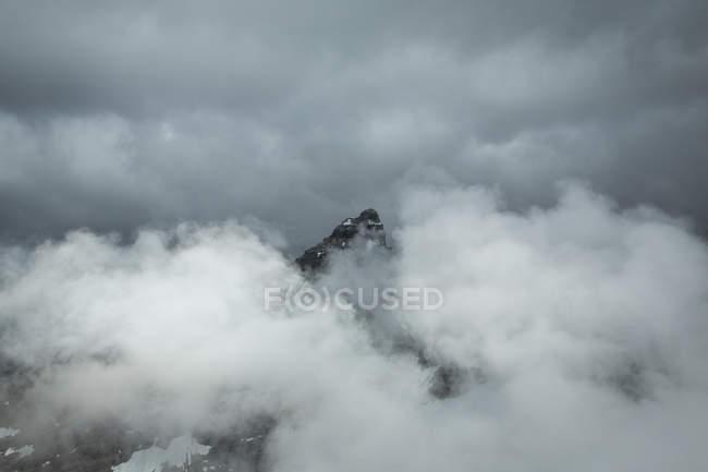 Monte Allen en niebla durante el día - foto de stock
