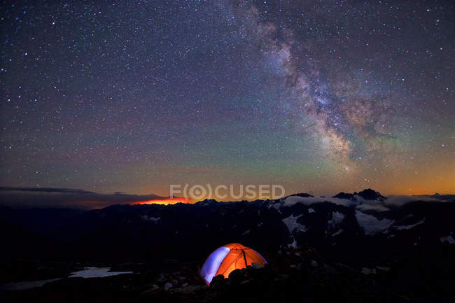 Camping tent under Milky Way in beautiful night sky — Stock Photo