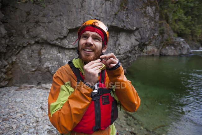 Evan Howard protegge il casco prima di una giornata di Packrafting — Foto stock