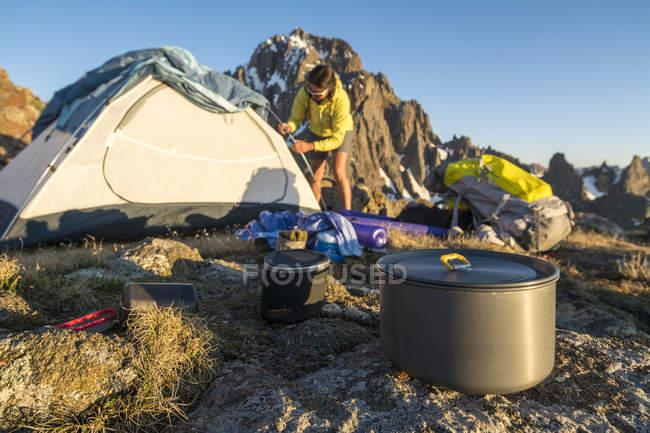 Eine Frau, die Vorbereitung für Camping auf Blaine Peak unter Mount Sneffels — Stockfoto