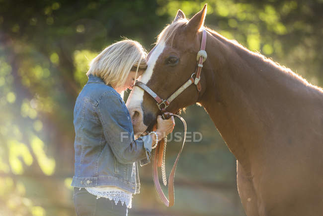Woman Embracing Her Horse In A Field — Stock Photo