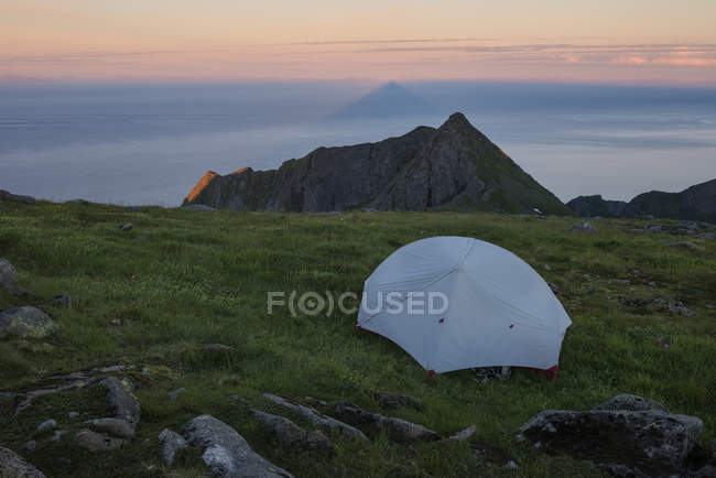 Camping sauvage sur le sommet de Veinestind, îles Lofoten, Norvège — Photo de stock