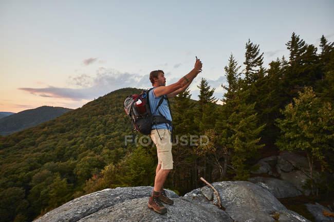 Um homem levando Selfie enquanto caminhadas ao longo da trilha dos Apalaches — Fotografia de Stock