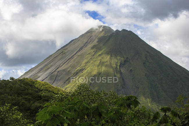 Arenal Volcano, an active volcano sits in the province of Alajuela, Canton of San Carlos, and district of La Fortuna, Costa Rica — Stock Photo