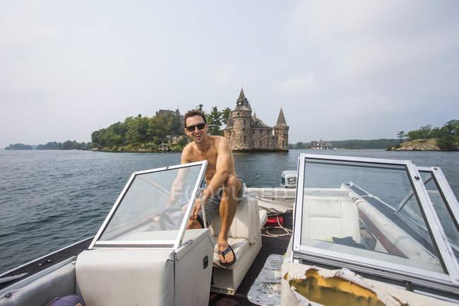 Людина водіння човна в річці Сент-Лоренс в тисячі островів північній частині штату Нью-Йорк — стокове фото