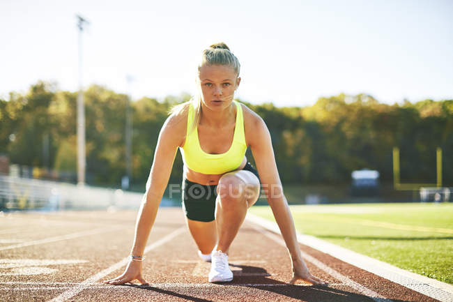 A Female Runner In The Starting Position — Stock Photo