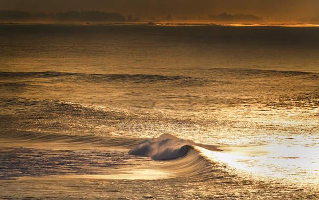 Vue panoramique des vagues qui s'écrasent au cours de l'or coucher du soleil à Oahu, Hawaii — Photo de stock
