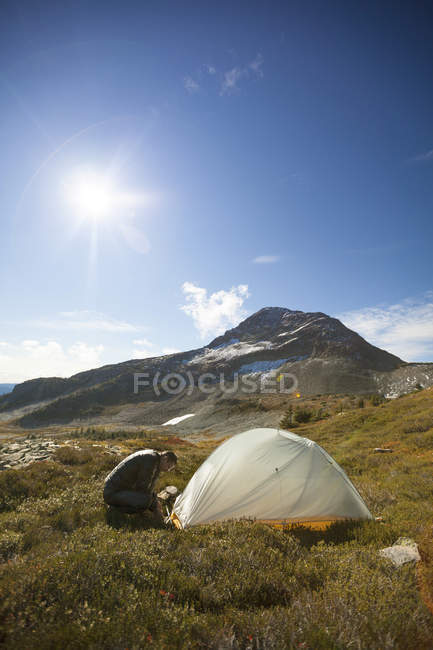 A Climber Set Up His Tent Below Jim Kelly Peak In Illal Meadows — Stock Photo