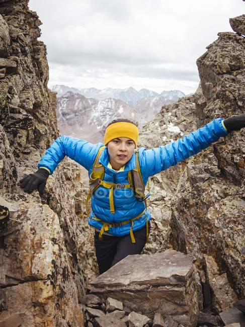 Junge Frau beim Klettern auf Bergspalte, colorado, USA — Stockfoto