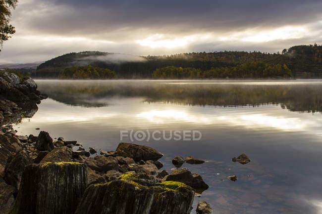 Cielo parcialmente nublado sobre el lago con problemas - foto de stock
