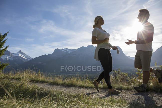 Casal conhecer sobre caminhadas nas montanhas — Fotografia de Stock