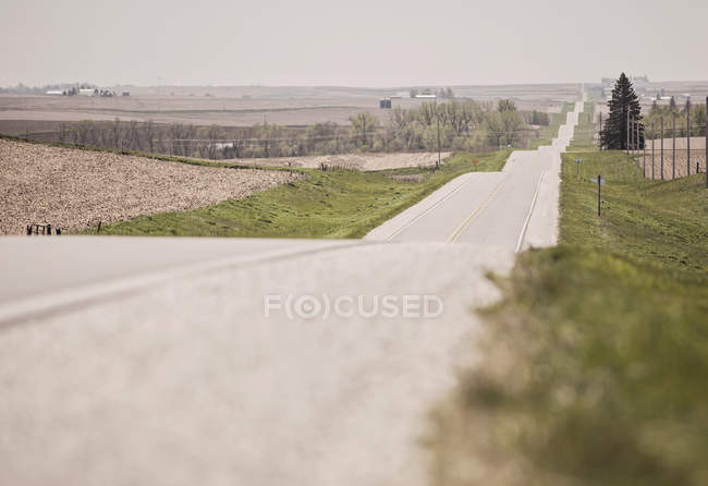 Country Road Stretching Across The Plains Of Iowa — Stock Photo