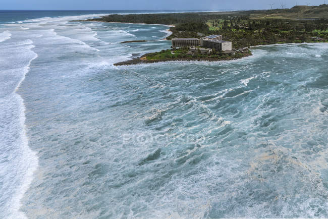 Huge surf rolling in toward Turtle Bay resort on north shore of Oahu in Hawaii — Stock Photo