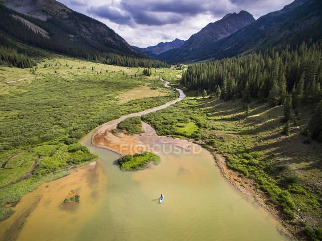 Vue aérienne de la rivière de la petite montagne avec montagnes loin — Photo de stock