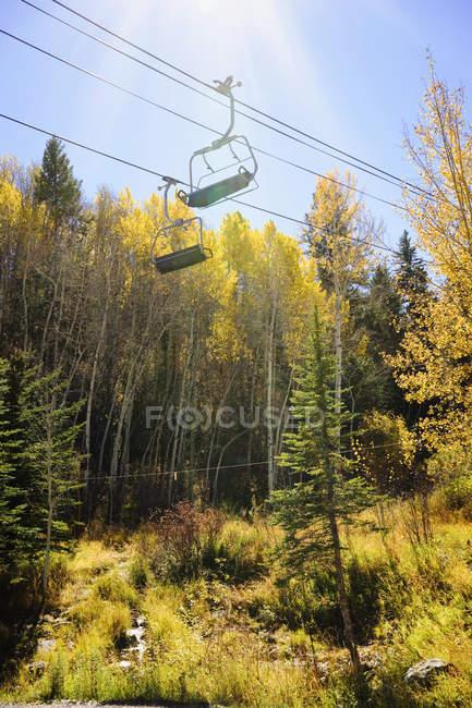 A et feuillage d'automne doré Ski télésiège sur le flanc de la montagne de Bachelor Gulch — Photo de stock